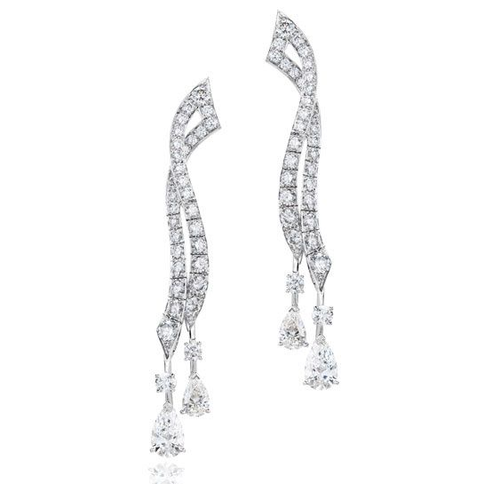 De Beers Stream http://www.vogue.fr/joaillerie/shopping/diaporama/boucles-d-oreilles-diamants-pendants-soir/16640/image/889203#!boucles-d-039-oreilles-diamants-de-beers-stream