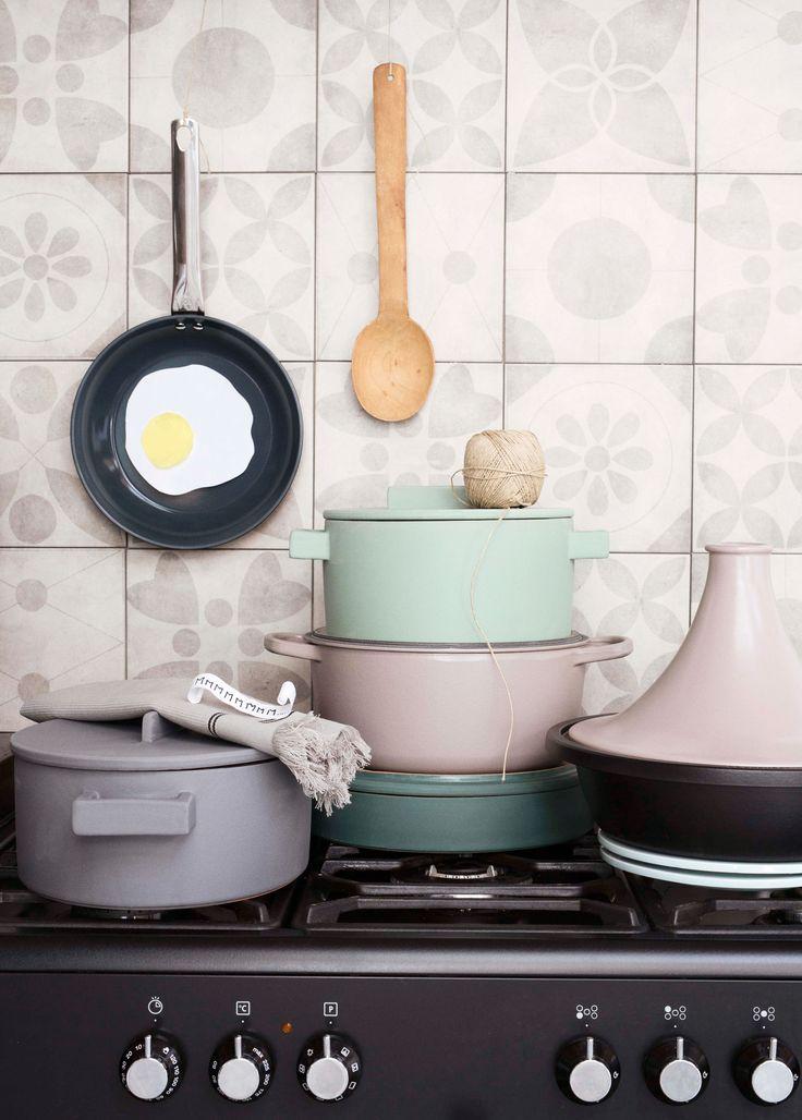 Pastelkleurige pannen | Pastel-colored tiles pans | Photographer Dana van Leeuwen | Styling Anke Helmich | vtwonen shop catalog Autumn 2015