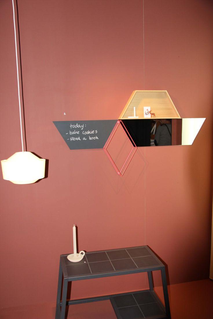 ONTWERPDUO presentatie, met o.a. Elementiles wandelementen (hier krijttegel, spiegel, eikenhoutenkastje) in geometrische vormen. Met de elementen kun je oneindig variëren en uitbouwen. Fotocredit Gimmii.nl