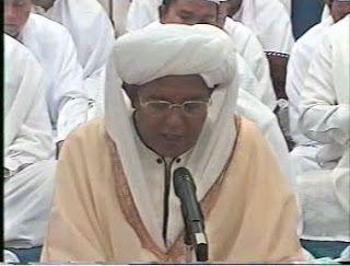 ! صباح الخير Pagi ini ulun handak Memposting Sholawat Burdah yang di Bacakan oleh KH.Muhammad Zaini Bin Abdul Ghoni (Abah Guru Sekumpul) .  Sholawat Burdah adalah bait – bait Pujian (مدح) untuk Rasulullah SAW .