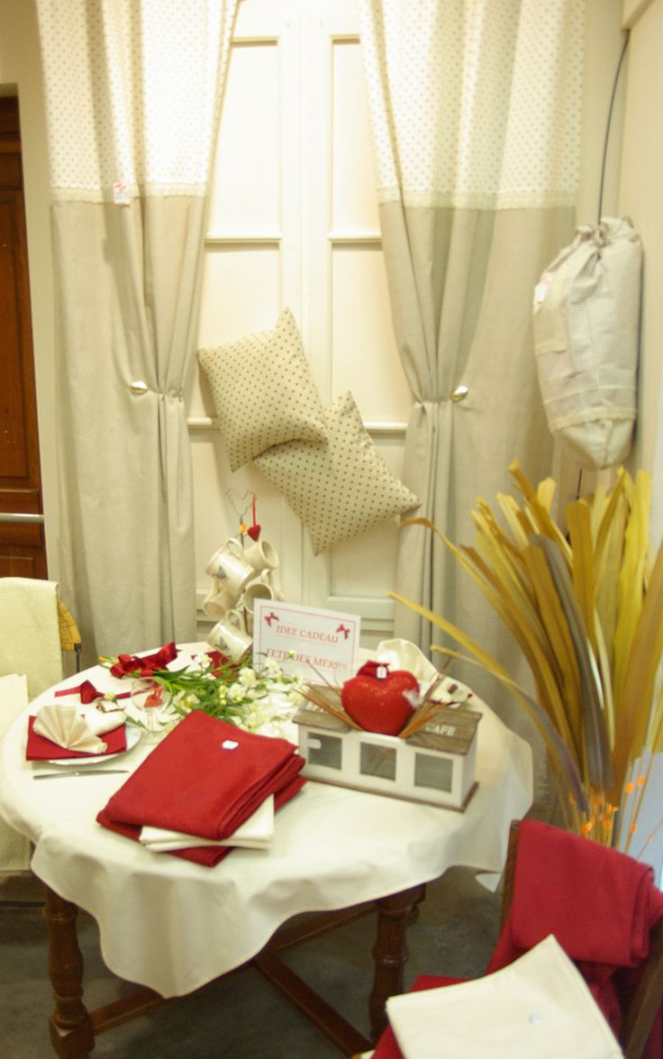 Fêtons les mamans : Doubles rideaux 140 x 240 en coton, nappes 140 x 140 en coton, coussins 40 x 40, nappes bord 140 x 240 en polyester et des objets de décoration.