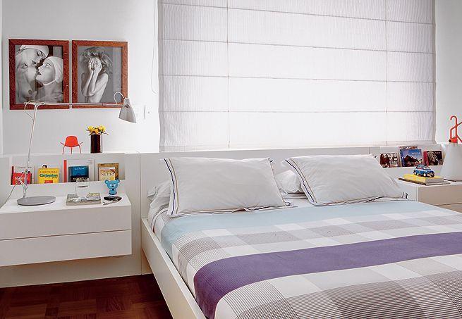Cabeceira horizontal em laca branca, persiana simples e sem volume na janela