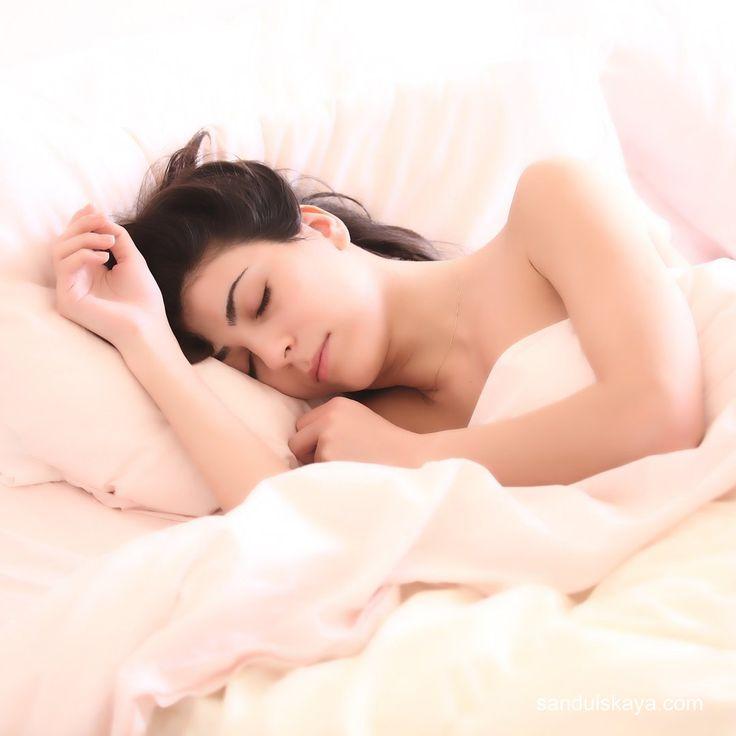 .РЕКОМЕНДАЦИИ АЮРВЕДЫ. Часть 2    11. Хуже всего спать на животе, потому что это полностью нарушает дыхание. Спать под открытым солнцем очень вредно, а под открытой луной - полезно    12. Недосыпая или вообще не ложась спать, вы очень вредите своему здоровью. Это иссушает организм и ослабляет огонь пищеварения.    13. Старайтесь рано вставать и рано ложиться. При правильном режиме сна улучшается здоровье, увеличивается жизненная сила.    14. Особенно вредно для организма спать на…