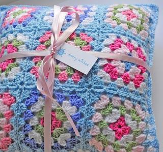 ¡Pero que hermoso cojín tejido en crochet!