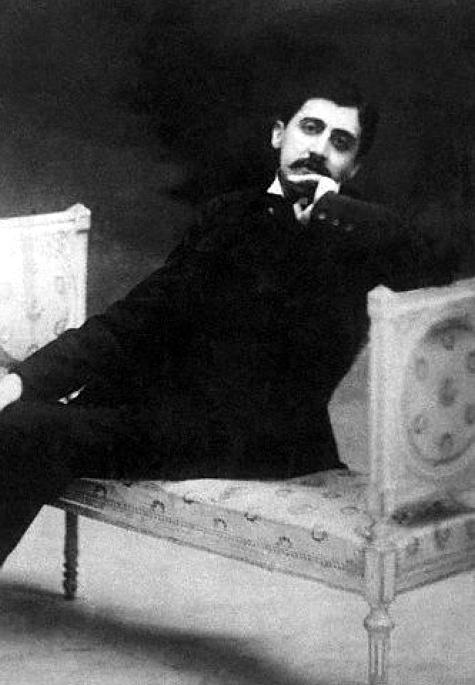 """Marcel Proust, vers 1890.      """"Nous trouvons de tout dans notre mémoire. Elle est une espèce de pharmacie, de laboratoire de chimie, où on met au hasard la main tantôt sur une drogue calmante, tantôt sur un poison dangereux."""" La Prisonnière, à la recherche du temps perdu ."""
