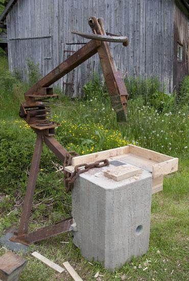 Ingenious scrap metal firewood splitter (video) (woodland forum at permies)