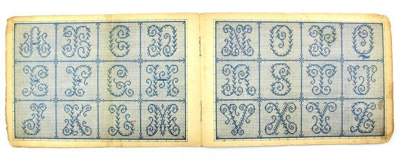 Deze aanbieding is voor een antiek borduurwerk monogram boekje Album de lettres Alfabet, monogrammen borduurwerk boekje, de patronen zijn duidelijk en makkelijk te gebruiken. Het bevat 8 paginas van de verschillende patronen van monogrammen.  Datum: 1910s of eerder Meting: ca. 5 1/2 x 8 - *-14 x 21 cm De cover is tijd gedragen en de paginas zijn goed bewaard gebleven met weinig schade op paginas. Gebruik het zoomgereedschap voor een close up van dit item en zijn toestand.  Dit item zal…