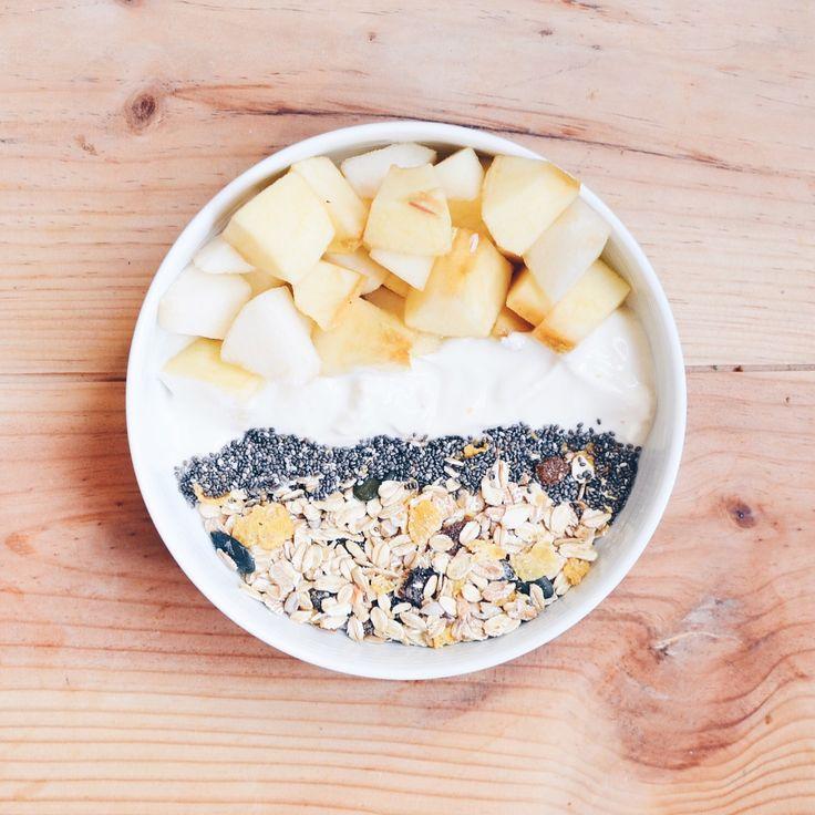 • B O W L • Pommes, soja, graines de chia, mueslie. #Vegan #Healthy #healthybowl #bowl #breakfast