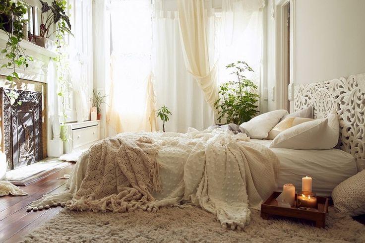 déco bohème chic lit plante pot cheminée chambre à coucher tapis sol