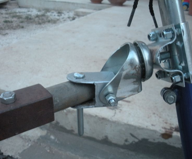 This is a very cheap Hitch made with a swivel caster, a bracket for antenna poles and a piece of square iron pipe. To be fixed under the bike saddle. Great just because it allows the movement on three axes, so there's complete freedom while biking.