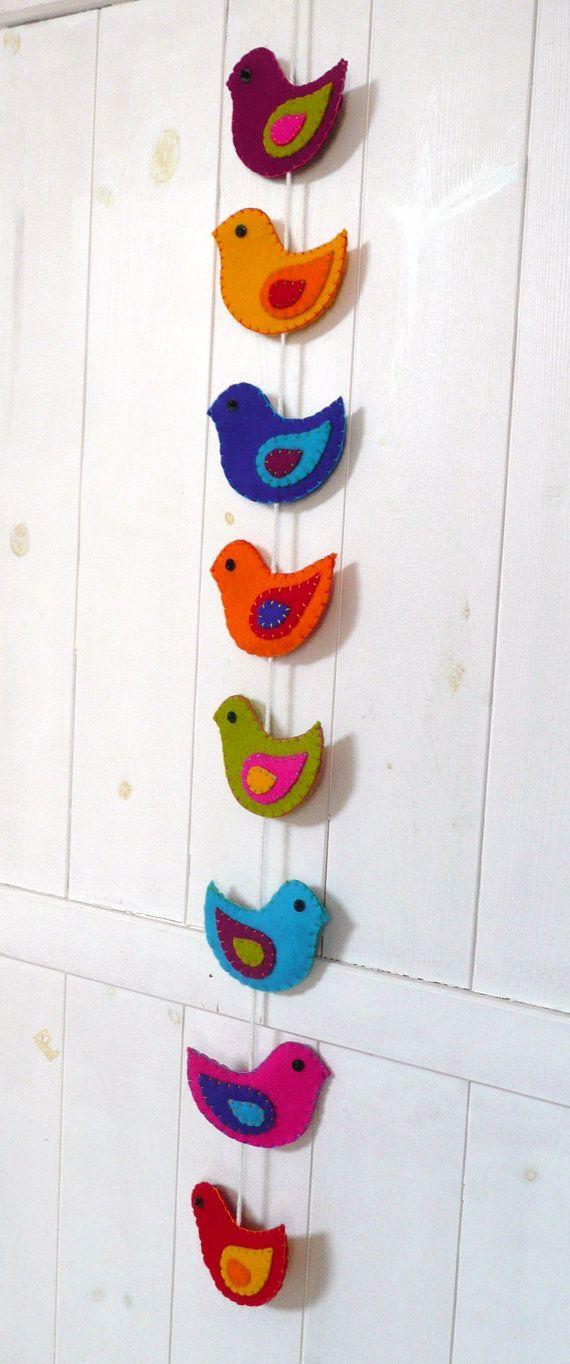 Kleurrijke vilten guirlande met vogels 8 vogels door HetBovenhuis