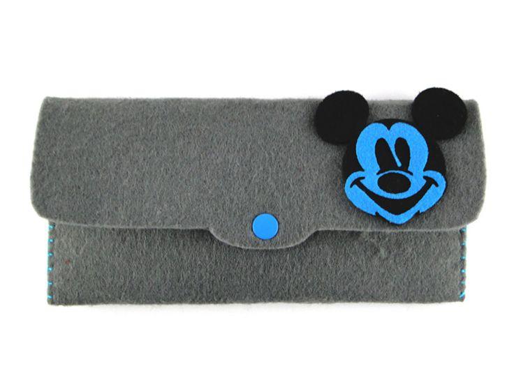 Mickey Mouse Tasarımlı El Çantası Gri keçe kullanılarak elde dikilmiştir. Çanta içinde organizer olarak kullanılabileceği gibi gözlük, telefon kabı veya cüzdan olarak da kullanılabilir. Ürün ölçüleri: 21,5cm x 10,5cm (ürünün kapalı öl
