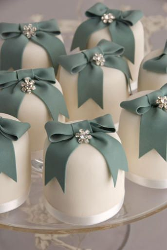 Cute mini wedding cakes :)                                                                                                                                                                                 Mais