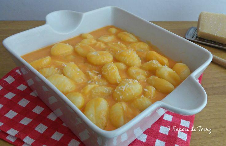 I gnocchi di patate in crema di gorgonzola sono ottimi e veloci da preparare. Un primo piatto che conquisterà i palati. Cremosi e filanti.
