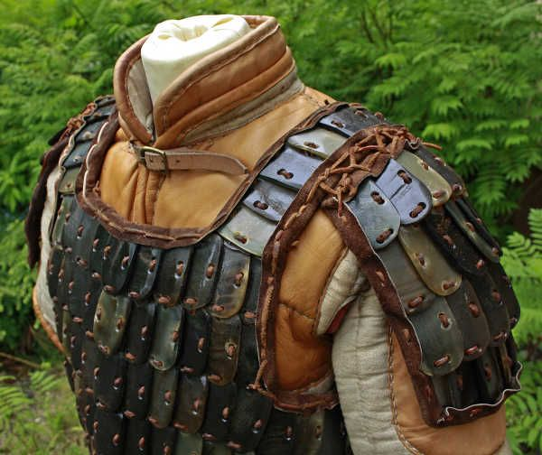 Viking style leather plate armor, over leather enforced gambeson. http://www.norse-design.de/artikel/09-00-00-43/hornlamelle_front3.jpg