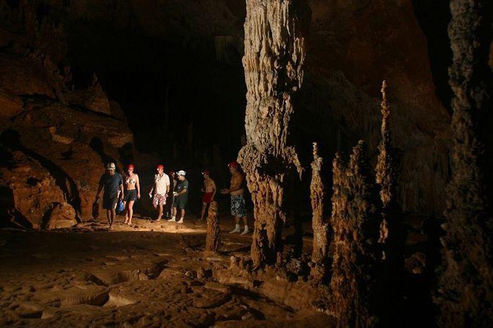 Довольно небольшой вход в пещеру скрывает за собой огромной полое пространство.
