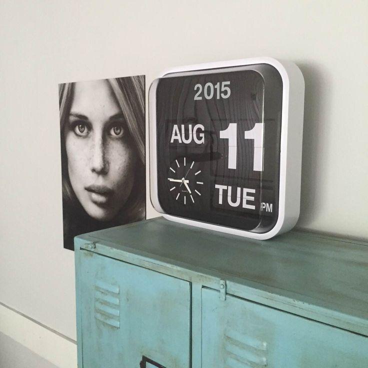Want this!!! Flipover Kalender Klok 32 x 32 Klokken Deze wandklok is een echte aanwinst voor je interieur. Zo zie je in één oogopslag de tijd, dag en datum. Van zo'n mooi object lees je graag de tijd af!