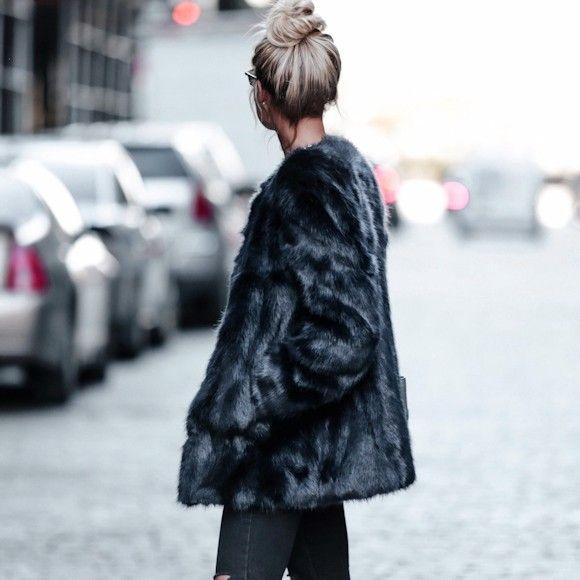 Manteau en fausse fourrure noir sans col, slim noir et chignon : http://www.taaora.fr/blog/post/look-manteau-noir-fausse-fourrure-jean-slim-noir-baskets-blanches #outfit