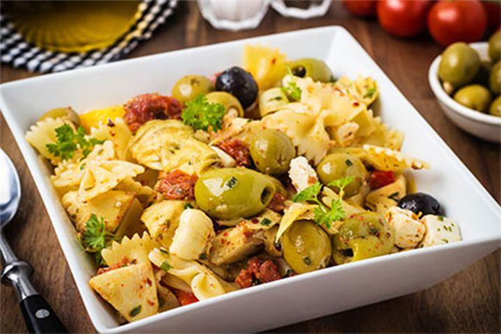 Γρήγορη και ελαφριά μεσογειακή σαλάτα με ζυμαρικά, ελιές και μουστάρδα - Filenades.gr