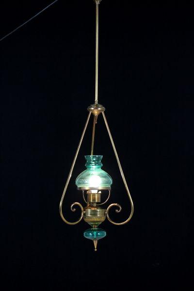 Lampadario in ottone e vetro colorato. Un punto luce.