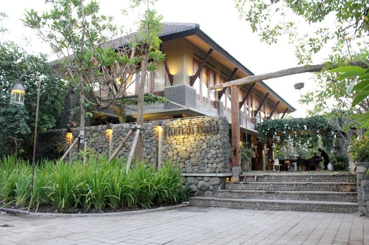 Rumah Batu dari jalan masuk