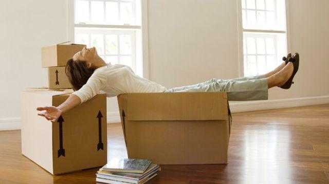 Une femme décide de vivre dans un carton pour déménager plus facilement - http://boulevard69.com/une-femme-decide-de-vivre-dans-un-carton-pour-demenager-plus-facilement/?Boulevard69