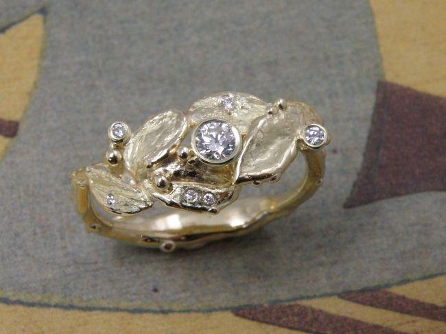 * heirloom | oogst-sieraden * Ring * Geelgouden organische bladvormen met diverse sprankelende diamanten * Vervaardigd uit oude gouden trouwringen * Maatwerk *