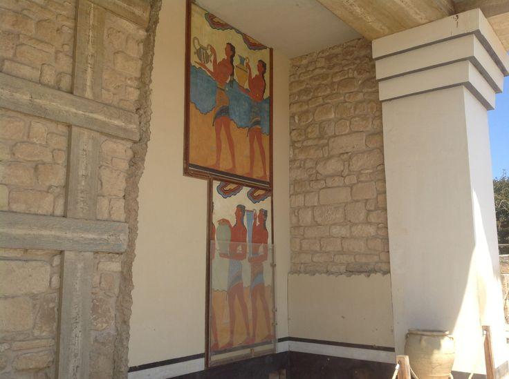 Внутренние стены большинства залов Кносского дворца были покрыты красочными фресками, которые сегодня частично реконструированы, чтобы передать неповторимую атмосферу, царившую в этом шедевре древнегреческой архитектуры тысячи лет назад.