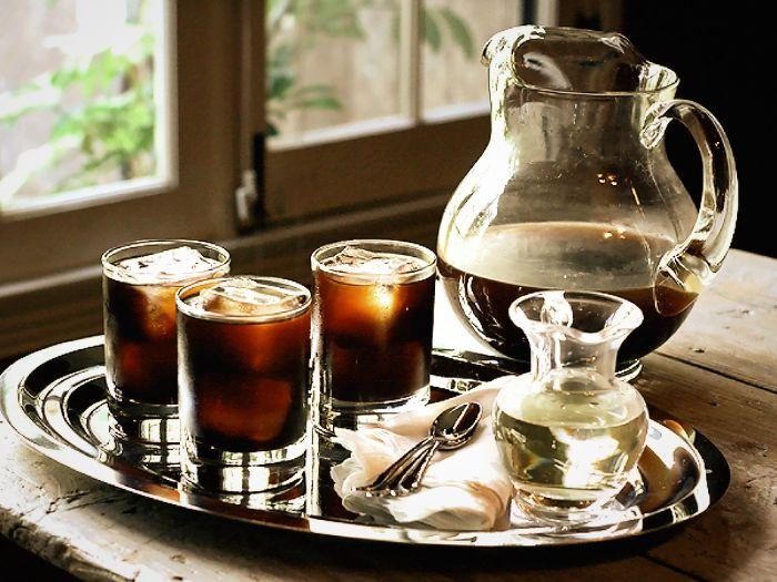 Untuk Indonesia yang memiliki iklim panas cenderung lembab, kopi-kopi cold brew memang pilihan pas. SAMA seperti kopi yang tak melulu hitam, kopi juga tak mesti selalu disajikan panas. Kadang, dingin justru membuatnya lebih nikmat. Apalagi ketika udara sedang gerah-gerahnya, secangkir kopi yang dihi…