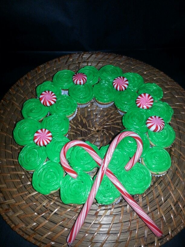 Corona navideña con mini cupcakes y caramelos