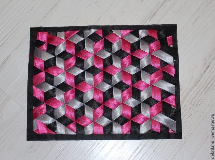 Есть в пэчворке очень интересная техника. Называется «плетение». Плести можно из лент разной ширины или полос ткани, заранее заготовленных.
