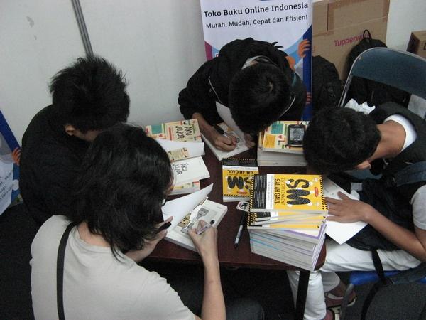Para Penulis sedang melakukan Book Signing di Stand bukukita.com #INDONESIABOOKFAIR