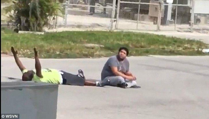 Policía dispara contra un hombre de raza negra. Él sólo intentaba tranquilizar a joven con autismo