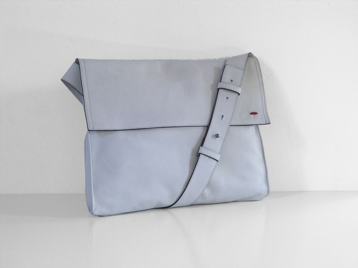 The Theo musette - Versatile and handsome www.nord.red #musette #courierbag #bag #white #leather #mensfashion #bags #crossbody #shoulder #document #allinone #cyclist #bike