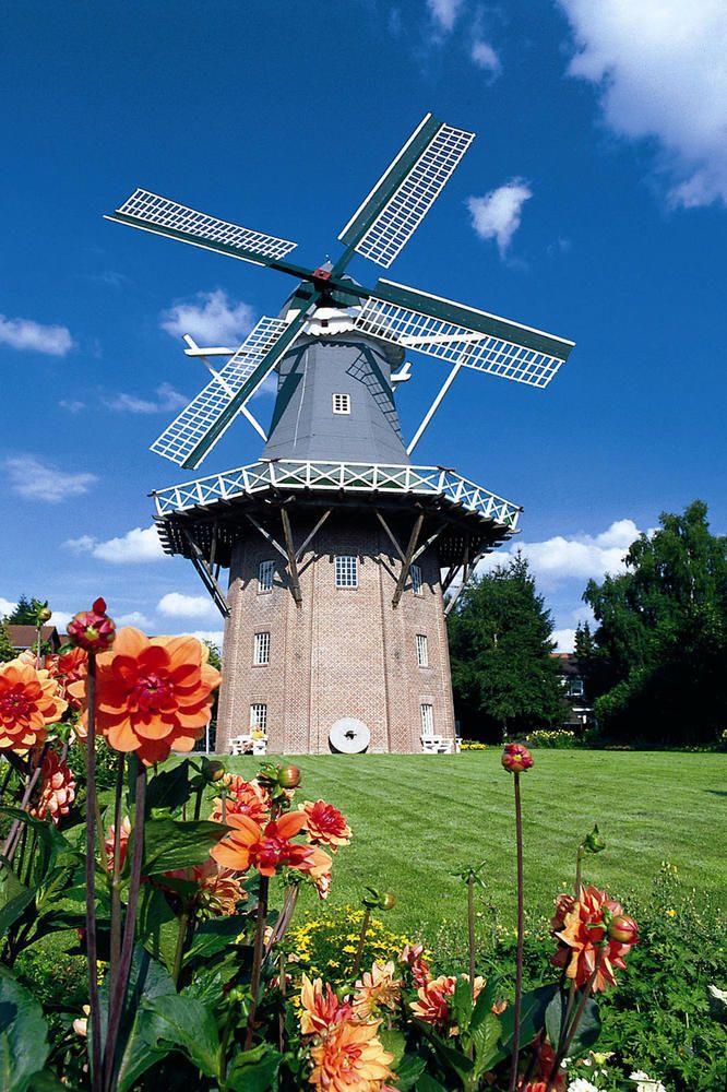 Meyers Mühle Papenburg  Die dreistöckige Galerieholländermühle in Papenburg verfügt über einen besonderen technischen Clou: Ausgestattet mit einer Dampfmühle konnte der Müller in früheren Zeiten auch bei Windstille Korn schroten und mahlen.  www.emsland.com