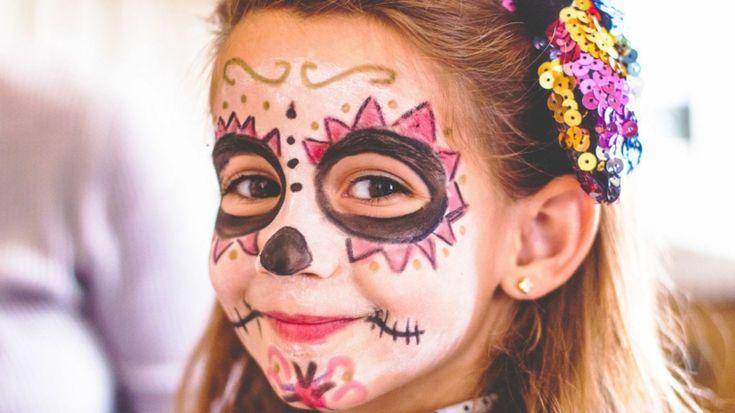 immagini-trucco-halloween-bambini-viso-truccato-base-bianca-occhi-neri-capelli-biondi-cherchietto