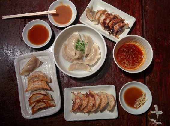 Maryuama Gyoza Restaurant à Koenji (Tokyo), orgie de gyoza autorisé ! C'est un vrai plaisir de découvrir ces différentes sortes de gyoza ! Porc et oignon, shiso, gingembre, vapeurs, rissolés, etc. On en redemande !