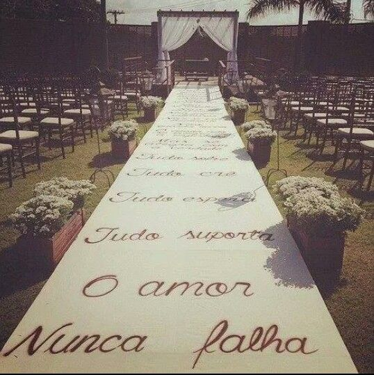 Lindo tapete com decoração! Casamento no campo. Casamento ao ar livre!                                                                                                                                                      Mais