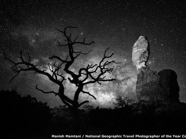 BBC  O concurso de Fotografias de Viagem da National Geographic, ainda com inscrições abertas, já soma milhares de concorrentes, como esta foto de uma formação rochosa e uma árvore solitária no Parque Nacional Arches, em Moab, Utah (EUA) (Foto: BBC)