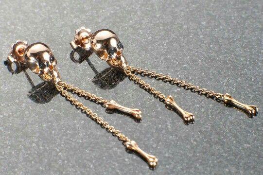 buon fine settimana da goldid con stile altematino orecchini oro rosa fatti a forma di teschio con diamanti negli occhi colore nero # alternativo #goldid #eleganza #lusso #diamanti #ororosa #nero #instafoto #moda #regallo #ororosa #stile
