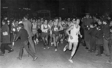 Real Federación Española de Atletismo Salida de la primera edición de la San Silvestre Vallecana en 1964, Jesús Hurtado (el vencedor) en primer plano.