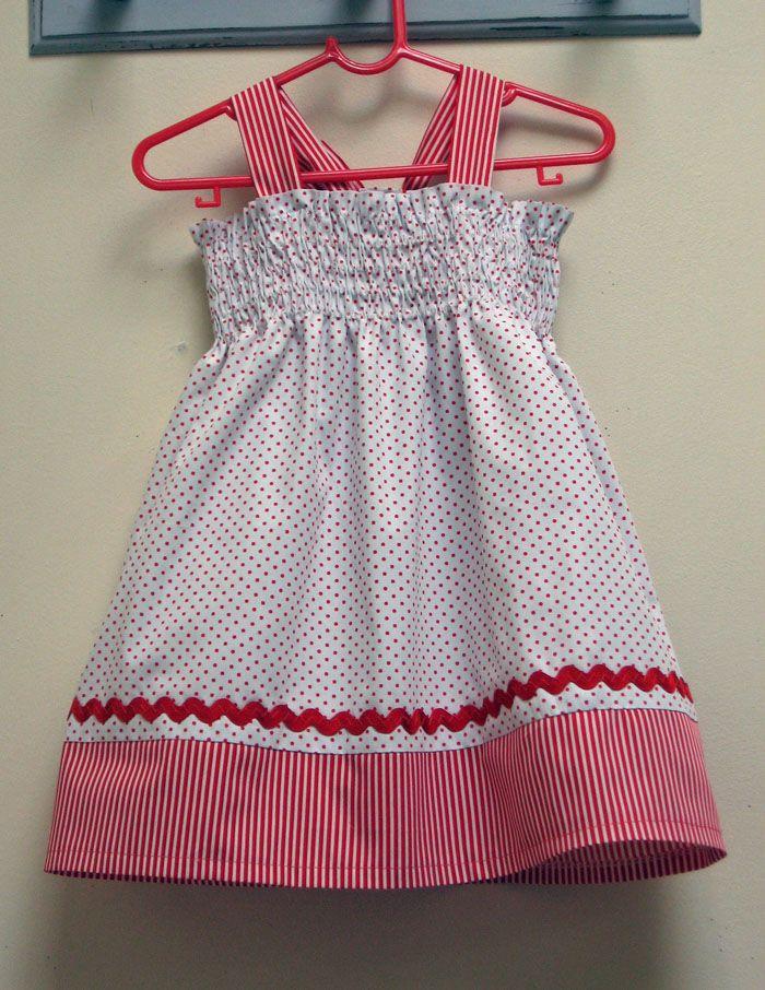 ZigZag Shirring Tutorial & Toddler Dress Pattern. Mit großem Zickzack Stich Gummi auf der Rückseite umnähen.