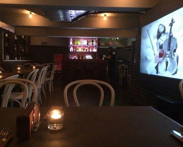Бар с кино, бургерами, хот-догами и пиццей. Конечно, это же бар - крафтовое пиво. Внутри - атмосфера американского бара и места, где можно повисеть с друзьями, встретив неожиданно интересное кино