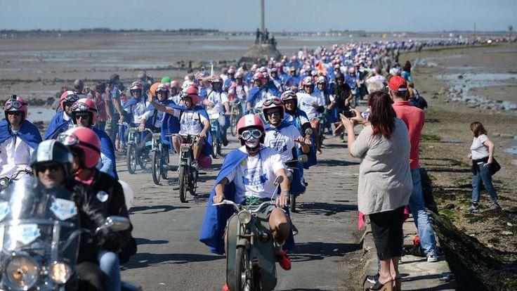 Quatre cents artisans et chefs d'entreprise ont participé à la 2e édition du Grand Prix de la Meule Bleue, une course aux allures potache pour faire un pied de nez à la crise économique.