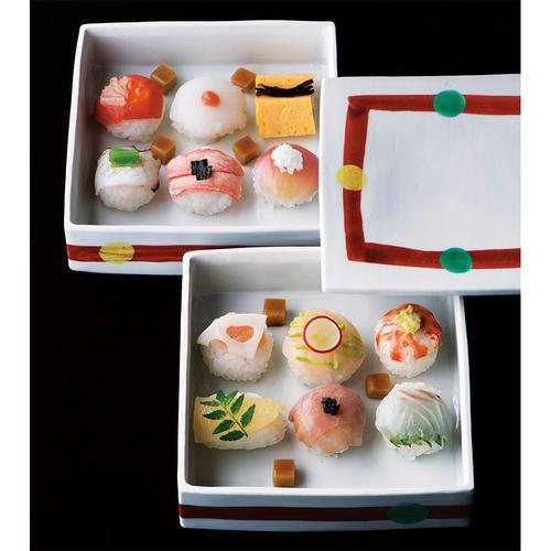 舞子さんでもひと口で食べられるようにと京都でも人気の手まり寿司。今回高島屋限定でさらなる味の挑戦をしたのは、「祇園川上」の加藤宏幸さん。奥は右上から時計回りに、玉子に昆布、茗荷に叩き長芋、蟹に海苔、炙り蛸に三つ葉、サーモンにイクラとレモン、イカに梅。手前は、車海老にわさび、鯛に大葉、生ハムにキャビア、数の子に木の芽、たらこに蓮根、帆立にアボカドとラディッシュ。驚きの醤油のムース風も加わり、独創的な組み合わせに新鮮な感動を覚えます。