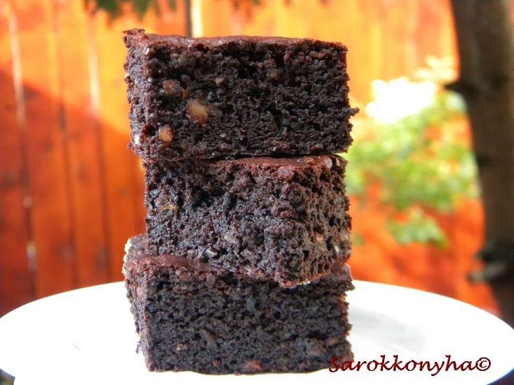 Vasárnapra ebéd utáni desszertnek készítette Zoltán ezt a browniet. Nézegettük a receptet, hogy túl sok kakaó meg cukor kell bele, de há...