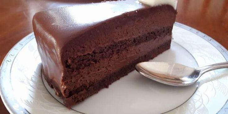 Κοινοποιήστε στο Facebook Συνδύασα τις συνταγές για σοκολατίνα του Παρλιάρου. Την ολοκλήρωσα σε δύο ήμερες κρατώντας τους χρόνους που προτείνει και εγγυώμαι ότι αξίζει κάθε λεπτό αναμονής. Βγαίνει επαγγελματικό αποτέλεσμα σε όψη και γεύση χωρίς κόπο και ιδιαίτερο εξοπλισμό. Ένα...
