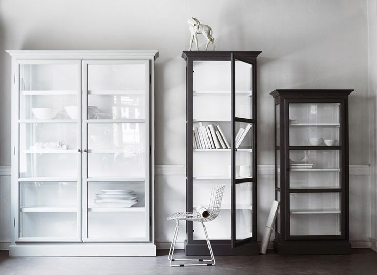 Dansk designede smukke vitrineskabe i høj kvalitet af fyrretræ og i smukke farver. Se de forskellige modeller her. Look at the beautiful Scandinavian display cabinets with an elegant design for modern living.