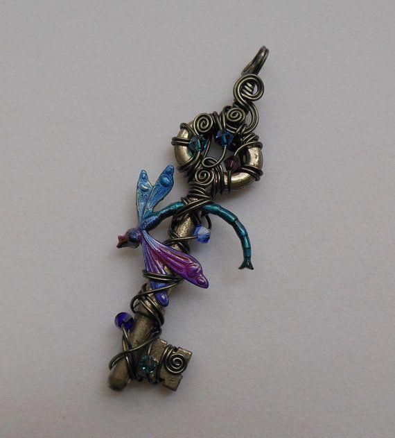 Dragonfly sleutel hanger--Teal, paarse, Blauwe libel in vlucht, Wire Wrapped antieke sleutel, paars, hematiet Silver grijze draad, kristallen