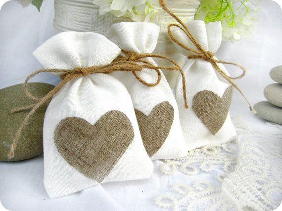 Set di 50-Bomboniere borse - bianco rustico matrimonio bomboniera sacchetto di tela con cuori di lino naturale o Candy Buffet borsa o sacchetto del regalo